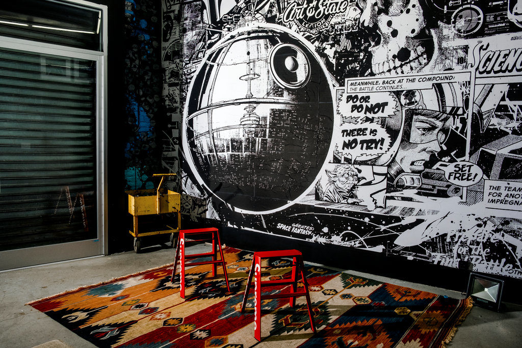 Papier peint Urban Medium's Stormtrooper. The Compound. Photo Devin Yalkin pour The New York Times