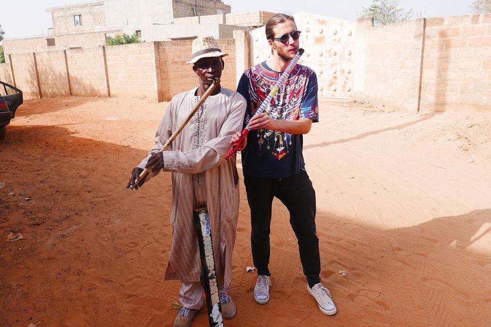 Amadou Ba et Ludwig Göransson jouent de la flûte Fula.