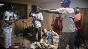 Ludwig Göransson avec des musiciens en Afrique.