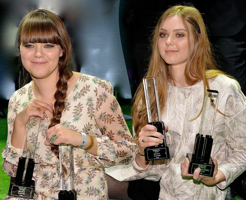 Johana et Kara Söderberg lors de la remise d'un prix en Suède, en 2013.