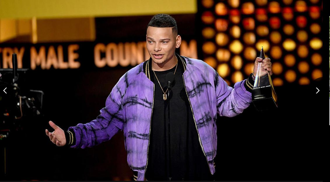 Kane Brown tient son trophée du Meilleur artiste country masculin des American Music Awards 2018