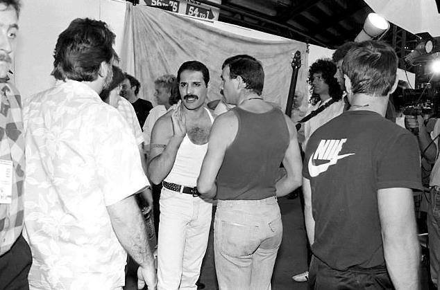 Freddie Mercury (Queen) quelques minutes avant d'entrer en scène - Live Aid 1985