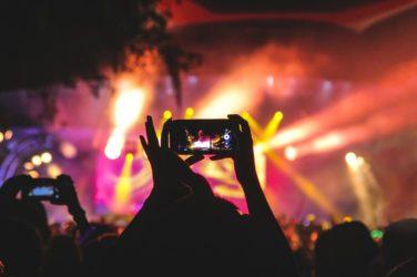 Fans au concert avec leur smartphone
