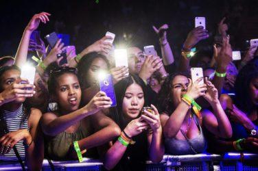 Femmes au concert obnubilées par leur téléphones