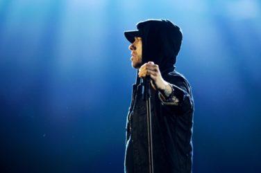 Le rappeur américain Eminem vient de sortir un album surprise frénétique, qui fait la part belle aux invités.
